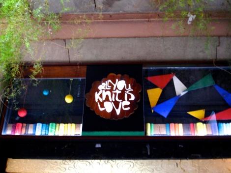 All you knit is love, una tienda con el espiritu del DIY, que te embriagrá con sus colores.