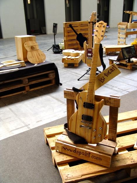 Enamoran las guitarras por su s curvas, lineas de perfección sobre madera de palte!!!