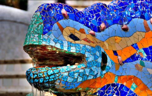 Dragón de Gaudí en Barcelona, encanto y arte unidos en una ciudad.