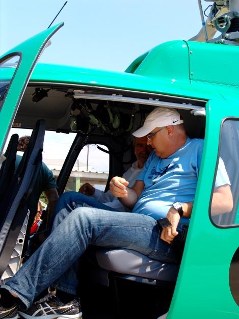 Jordi Jardí, sube al helicóptero de los agentes rurales para comprobar el alcance de la superficie quemada. Foto por Jordi Somalo quantik press